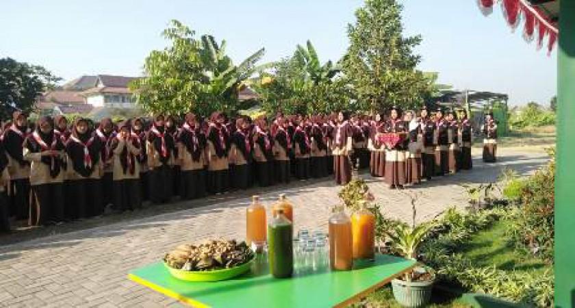 Smait Nur Hidayah Mengusung Kearifan Lokal Jamu dalam Upacara HUT Pramuka ke-58